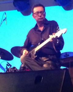 Giampiero Artegiani durante un recente concerto con i Semiramis