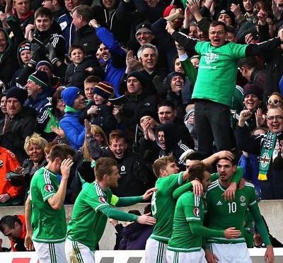 L'esultanza domenicale di Belfast dopo uno dei due gol di Kyle Lafferty alla Finlandia